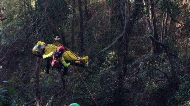 Il recupero del cacciatore caduto in un dirupo a Ortonovo