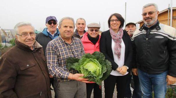 Gli ortisti del nuovo orto comunale di via Olona con il sindaco Barbara Agogliati