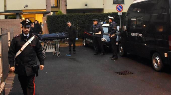 Forze dell'ordine fuori dalla palazzina teatro del delitto