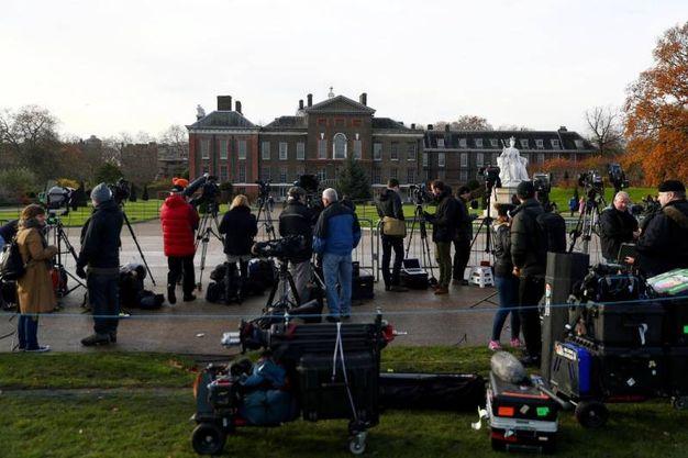 I paparazzi davanti a Kensington Palace (Ansa)