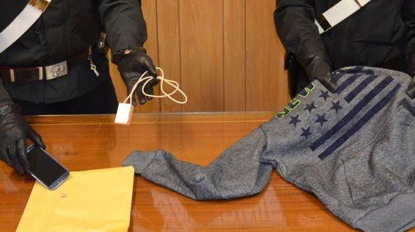 CON LE MANI NEL SACCO I carabinieri mostrano il materiale sequestrato Il giovane si era attrezzato con una felpa bucata e lo smartphone