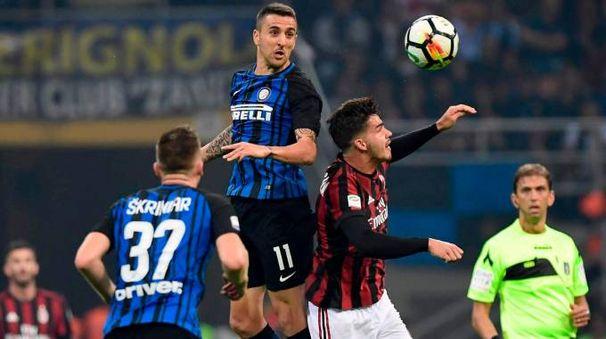 Matias Vecino contrasta Andre Silva sotto gli occhi attenti di Milan Skriniar