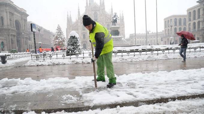 Neve in piazza Duomo a Milano in una foto d'archivio (Newpress)