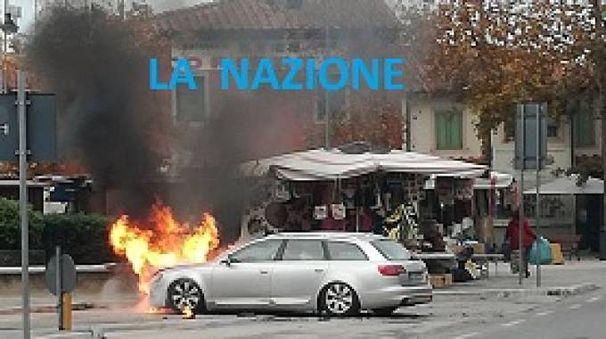 L'auto a fuoco vicino alla Torre di Pisa