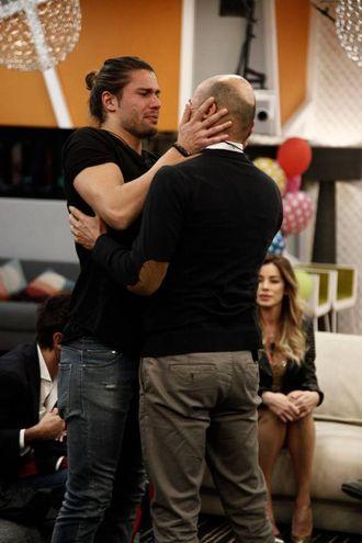 Luca Onestini abbraccia il padre