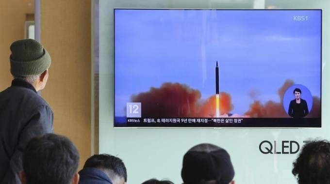 Corea del Nord, cittadini del Sud guardano alla tv il lancio di un missile (foto Ansa)