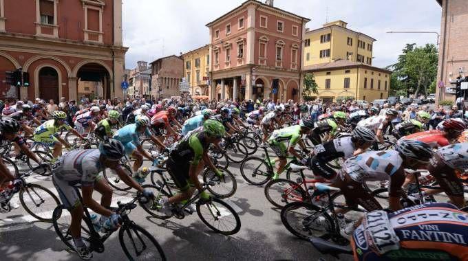 Il passaggio dei ciclisti a Imola nel Giro d'Italia del 2015