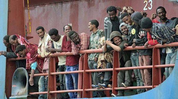 Lo sbarco di un gruppo di profughi al porto della Spezia