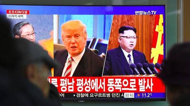 La tv di Seul trasmette un servizio sulla crisi con la Corea del Nord (Afp)