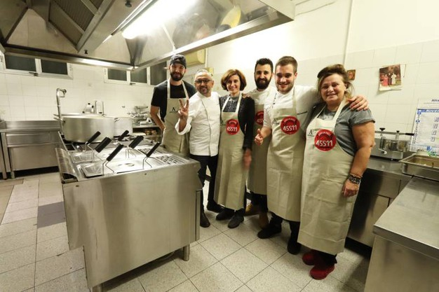 Lo chef con lo staff in cucina