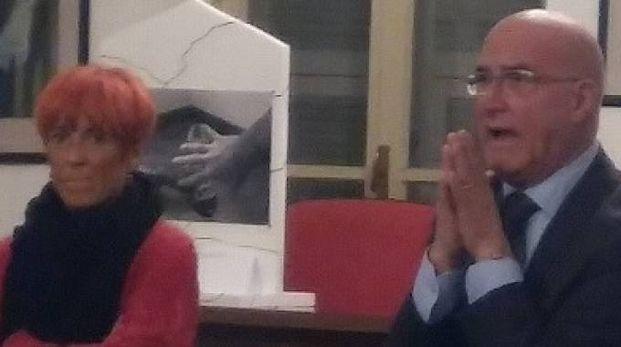 Il sindaco Fiorenzo Abruzzo e l'assessore Paola Baldini. Qui accanto la presidente del quartiere Cinzia Calanchi durante l'incontro con gli abitanti