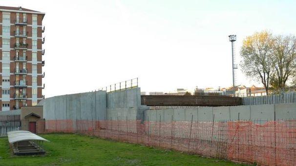 Le barriere fonoassorbenti e in lontananza la passerella sull'A4