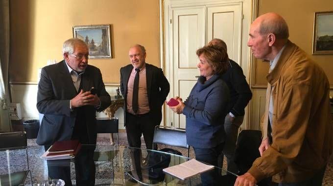 Il sottosegretario all'Economia Pier Paolo Baretta con i risparmiatori azzerati di Carife