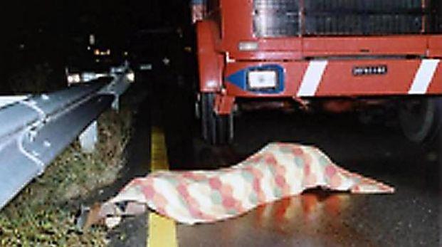 Il Corpo di Denis Bergamini vicino al camion (foto Ansa)