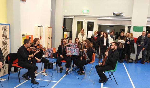 L'applaudita esibizione degli 'Amici della Scuola e della Musica' (Foto Scardovi)