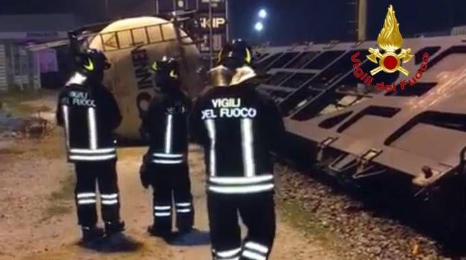 Il container rovesciato e i vigili del fuoco