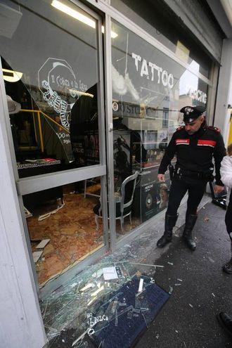 La spaccata nel negozio di tatuaggi di via Ugo Bassi (foto Zani)