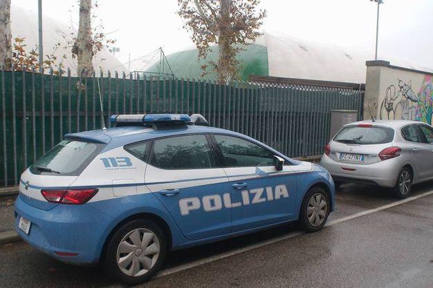 La polizia davanti al circolo tennis dopo il furto (foto Zani)