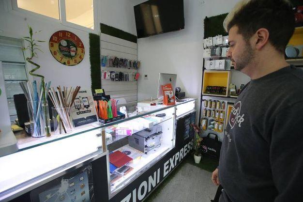 La spaccata nel negozio di computer in via di Roma (foto Zani)