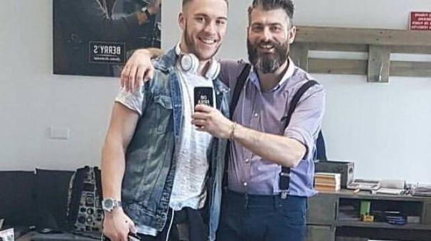 Marco Rottoli (a sinistra) nel suo Barber Shop