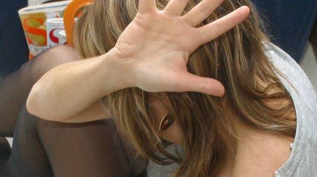 Una donna molestata (foto d'archivio)