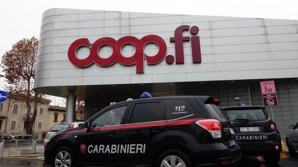 Carabinieri davanti alla Coop rapinata (Foto Castellani)