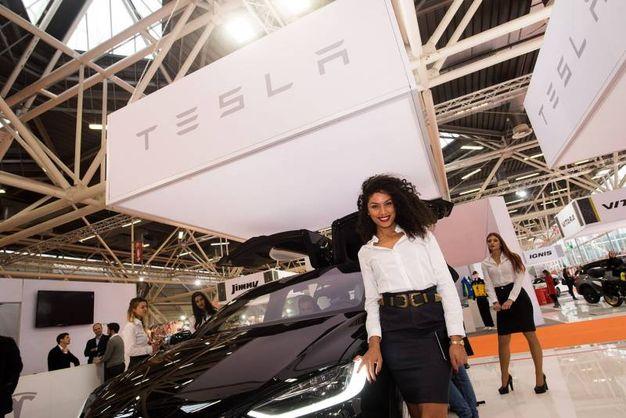 C'è anche la Tesla, tutta pistoni ed energia