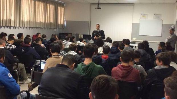 Il capitano Domenico Sacchetti in classe per insegnare la Cultura della legalità