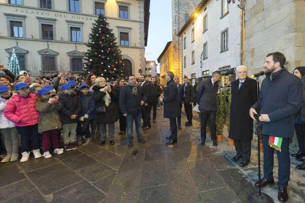 Il Presidente assiste all'accensione dell'albero di Natale alle Logge del Palazzo Comunale (foto ANSA/ UFFICIO STAMPA/ QUIRINALE FRANCESCO AMMENDOLA)