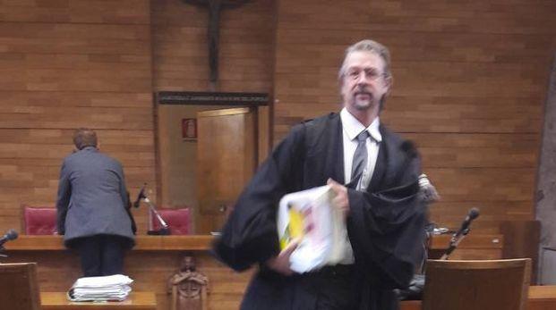 L'avvocato Venturi mentre esce dall'aula