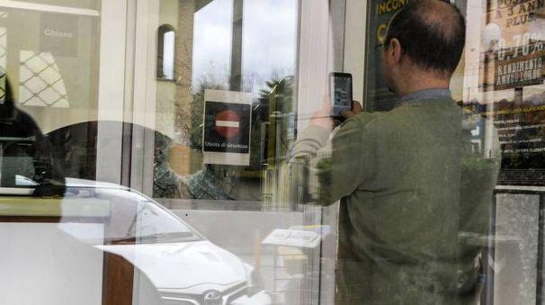 Il buco formatosi nel vetro dopo il colpo di mazza