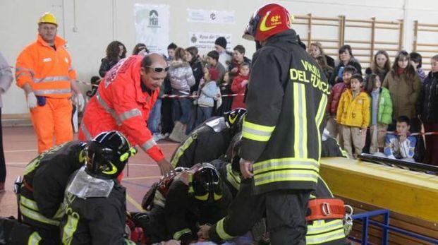 Esercitazione in una scuola con Protezione Civile e Vigili del fuoco per preparare gli studenti ad affrontare le emergenze