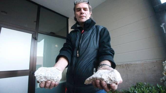 Paolo Marcelli con le due pietre lanciate contro la sede dell'Accademia di Babele