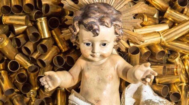 Il Bambinello tra i bossoli ad Assisi (foto Ansa)