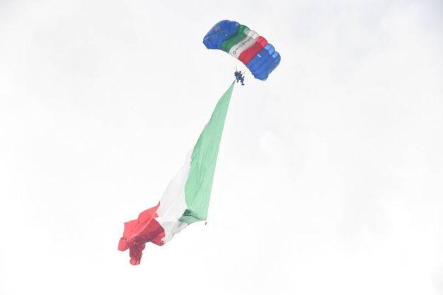Il  lancio degli atleti del Centro Sportivo Paracadutisti dell'Esercito(foto Schicchi)