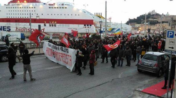 Il corteo dei centri sociali al porto di Ancona