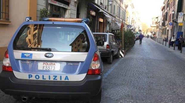 Un'auto parcheggiata all'imbocco di via Giorgio Regnoli (foto Riccardo Fantini)