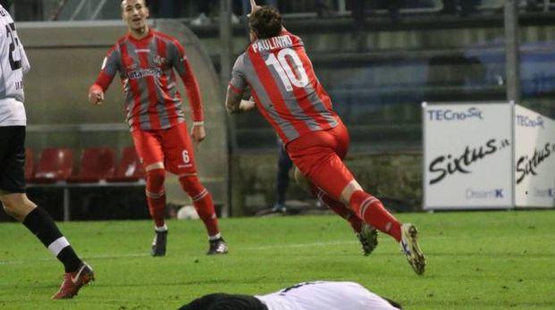 Paulinho esulta per il suo gol