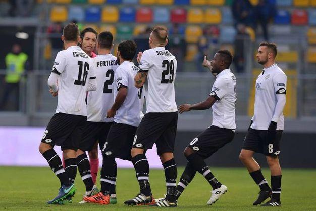 La discussione dei giocatori del Cesena con l'arbitro Pillitteri: espulsione di Kupisz e rigore per il Frosinone (foto LaPresse)