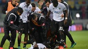 La gioia dei giocatori del Cesena a fine partita (foto LaPresse)