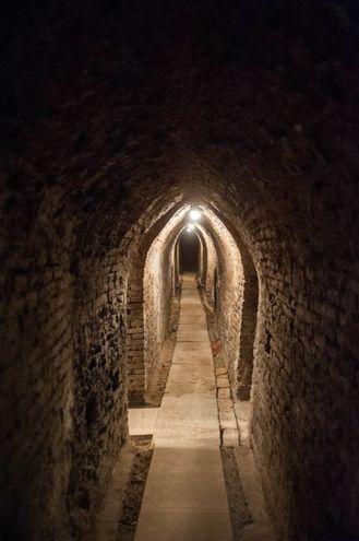 Questa singolare opera sotterranea si sviluppa su due livelli. L'acqua veniva raccolta tramite una serie di cunicoli che si inoltrano sotto il colle di Valverde (foto schicchi)