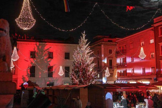 Le luminarie natalizie che illuminano la piazza e le pareti degli edifici (foto Pasquale Bove)
