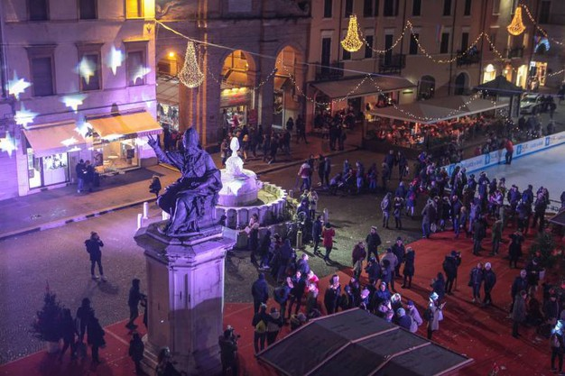 Light show in piazza Cavour (foto Pasquale Bove)