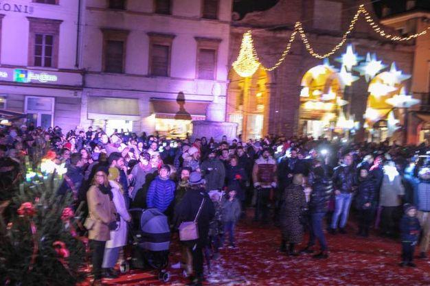 Folla di persone in piazza (foto Pasquale Bove)