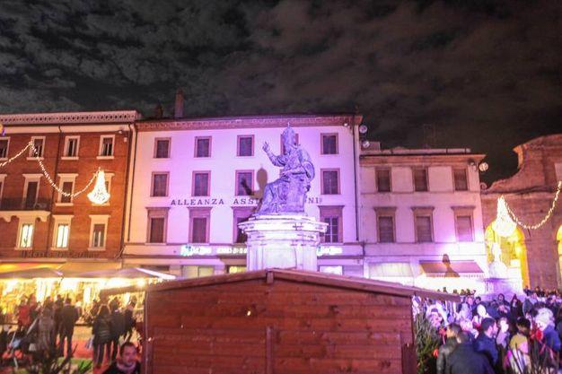 Fasci di luce sui palazzi di piazza Cavour (foto Pasquale Bove)