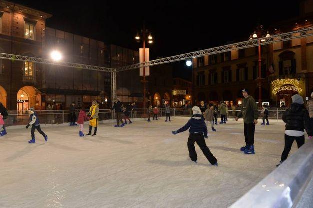 Si torna a pattinare sul ghiaccio in piazza Saffi a Forlì (foto Frasca)