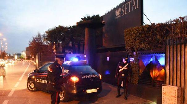 I carabinieri fuori dalla discoteca
