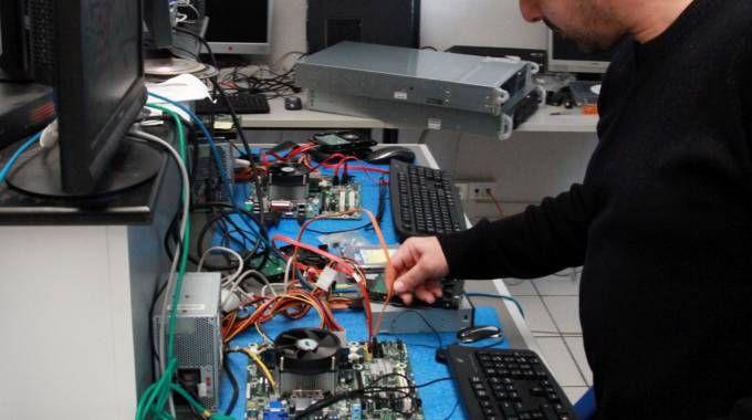 INFORMATICA Sopra, uno degli addetti di Olidata mentre lavora su un hardware