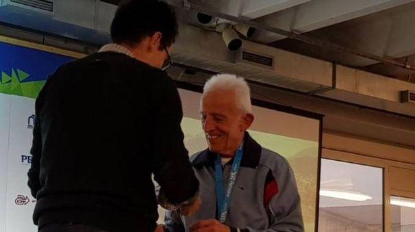 Luigi Bandieri al momento della premiazione alla manifestazione Move It Garda Arcese E' iscritto alla podistica Sportinsieme