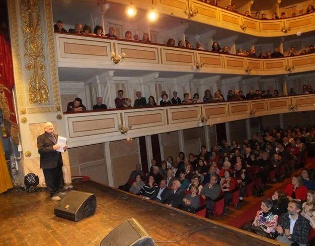 Il teatro gremito di pubblico